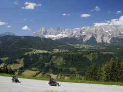 Discover Austria on the bike! The beautiful winding roads, mountain passes and height differences make driving in Austria a true experience for every biker.