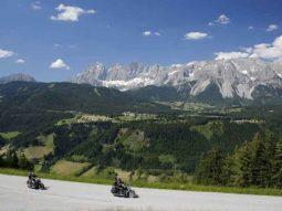 Ontdek Oostenrijk op de motor! De prachtige bochtige wegen, bergpassen en hoogteverschillen maken het rijden in Oostenrijk een ware belevenis voor iedere motorrijder.